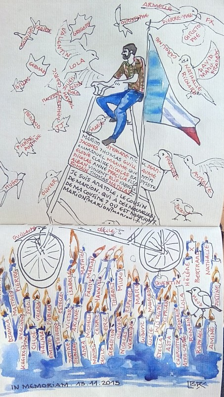 """Anatole est sur un vélo de plusieurs mètres de haut avec un drapeau français. Des bougies, des oiseaux et des feuilles mortes portent les prénoms des personnes mortes dans les attentats du 13 novembre 2015. Signé BR entre chevrons. Texte """"IN MEMORIAM 13.11.2015""""."""