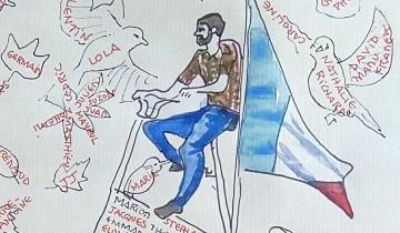 """Anatole est sur un vélo de plusieurs mètres de haut avec un drapeau français. Des bougies, des oiseaux et des feuilles mortes portent les prénoms des personnes mortes dans les attentats du 13 novembre 2015. Texte """"IN MEMORIAM 13.11.2015 BR"""""""