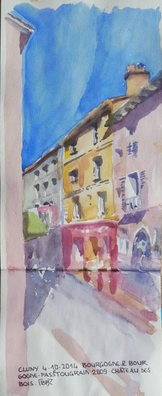 """Enfilade des 3 maisons colorées (rose, jaune avec boutique rouge, grise) sur la partie droite de la rue Lamartine. Texte : """"CLUNY 4.10.2014 BOURGOGNE & BOURGOGNE PASSTOUGRAIN 2009. CHATEAU DES BOIS. Signé BR entre chevrons."""