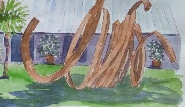 """Pelouse, palmiers et sculptures de Bernar Venet. En arrière plan le bâtiment de la fondation, de type hangar. Texte """"AU MUY DANS LE VAR. 2014 PLUS DE COMPOSITION C'EST LA PESANTEUR QUI DETERMINE LA FORME. ->DOUBLES LIGNES INDETERMINEES A LA FONDATION BERNAR VENET 28 AOUT"""""""