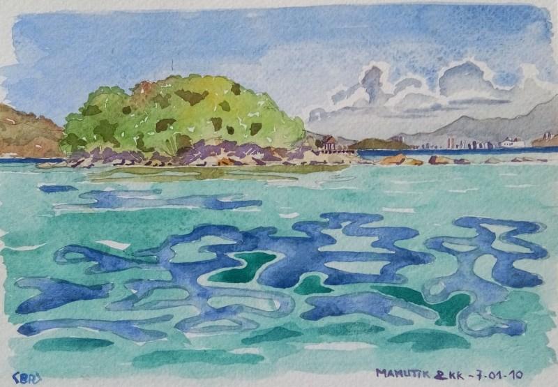 """La mer 1er plan puis l'île de Mamutik recouverte de végétation. Au fond à droite, on aperçoit les tours de Kota Kinabalu. Signé BR entre chevrons en bas à gauche. A droite """"MAMUTIK & KK - 7.01.2010."""