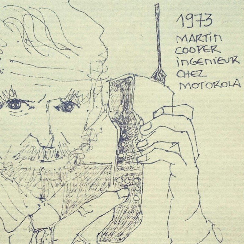 "Martin Cooper tenant le 1er téléphone portable. Texte : ""1973 MARTIN COOPER INGENIEUR CHEZ MOTOROLA"""