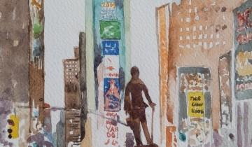 Foule dense et colorée au premier plan d'où émerge une statue imposante. Derrière, légèrement à gauche un immeuble étroit et recouvert de publicité. 2 rues de part et d'autres. A droite, on reconnaît le Paramount building avec son horloge.