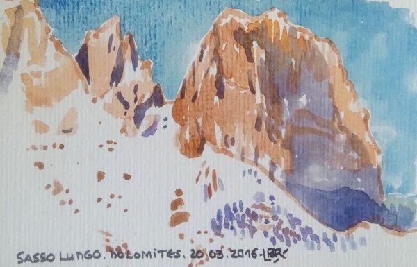"""Montagnes enneigées sous le ciel bleu. Texte """"SASSO LUNGO DOLOMITES. 20.03.2016». Signé BR."""