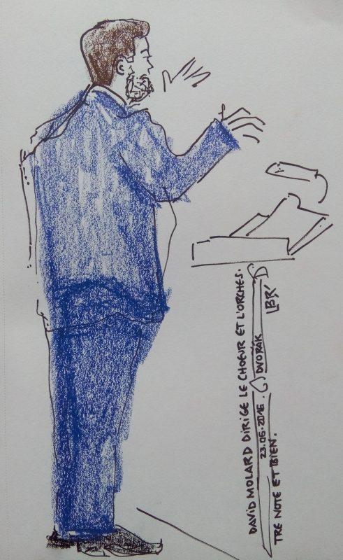 """Homme tourné vers la droite, dirigeant un orchestre. Pupitre. Texte """"David Molard dirige le choeur et l'orchestre Note et bien. 23.06.2016. Dvorak"""" Signé BR"""