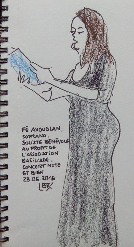 """Femme de profil, tenant une partition et chantant. Texte """"Fé Avouglan soprano. Soliste bénévole au profil de l'association Basiliade. Concert Note et bien 23.06.2016"""" Signé BR"""