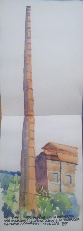 """Immense cheminée d'usine qui s'étend sur les 2 pages du carnet de croquis. Partie de bâtiments dans la verdure. Texte """"Le Theil sur Huysne. A la recherche des Marquet. L'usine Abadie de papier à cigarette. 13.06.2015"""" Signé BR"""