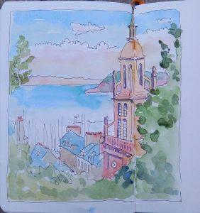 Vue sur la mer avec clocher d'église au premier plan à droite qui émerge des feuillages.