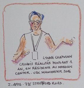 """Femme en buste de face. Texte """"Lynne Chapman. Croquis réalisés pendant 1 an en résidence au Morgan Centre. USK Manchester 2016""""."""