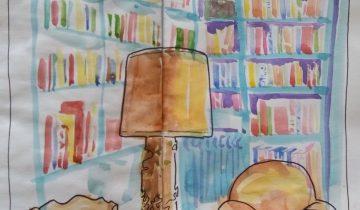 Au premier plan : fauteuil en cuir blond, grande lampe dans les mêmes teintes, chaise. A l'arrière plan, une bibliothèque peinte en bleue et remplie de livres.