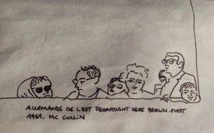 """Têtes dépassant d'un mur. Texte """"Allemands de l'Est regardant vers Berlin-Ouest. 1961. Mac Cullin"""""""