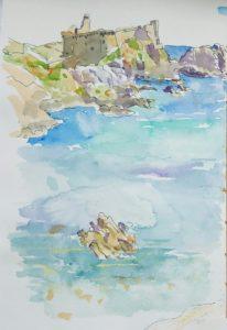 Forteresse entourée de rocher et baignée par la mer.