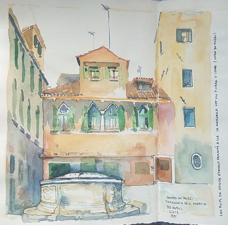 """Petite place avec un puit au premier plan. Texte : """"Campo do Pozzi, parrochia de S. Martin, 30 avril 2019. Les puits de Venise étaient fermés à clé. La margelle est en pierre d'Istrie (Vera da Pozzo)"""