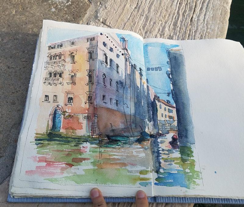 Palais vénitien entre soleil et ombre, les pieds dans l'eau des canaux, bateaux amarrés, linge qui sèche.