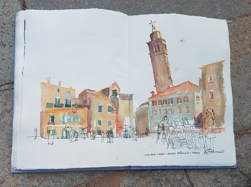 Place vénitienne avec une tour penchée qui dépasse des maisons. Couleurs ocres et vertes. Croquis de personnages au feutre au premier plan dont un vendeur d'images installés sur la place.