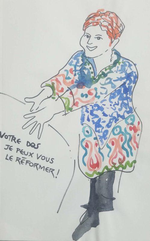 """Une femme de face souriante, elle porte une robe en tissus imprimé de couleur vive, les mains en avant. Texte """"Votre dos, je peux vous le réformer"""""""