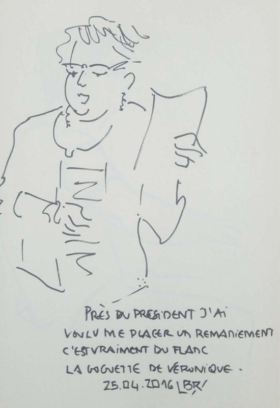 """Femme en buste de face, chantant, un papier à la main. Texte """"Près du Président, j'ai voulu me placer, un remaniement c'est vraiment du flanc. La goguette de Véronique. 24 avril 2016"""" Signé BR"""